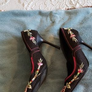 Steve Madden Shoes - Details embellish shoes